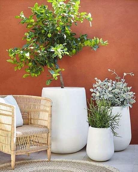 73. Vaso grande na varanda – Via: Casa Tres Chic
