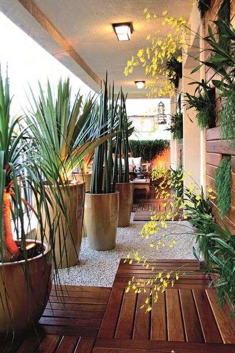 76. Vaso grande para plantas na área externa de casa -Via: Alto Astral