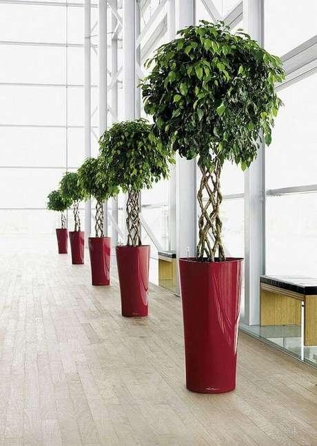 9. Vaso grande vermelho decorando o espaço – Via: Pinterest