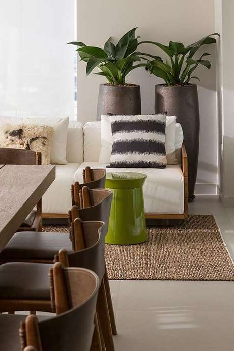 10. Vaso grande para sala de estar clássica e sofisticada – Via: Pinterest