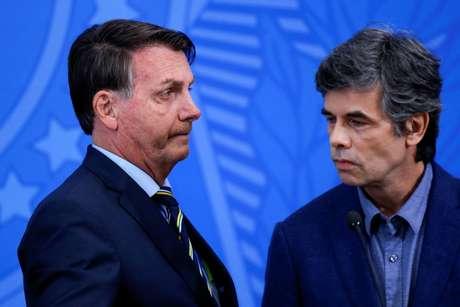 Bolsonaro e Teich, quando este ainda era ministro da Saúde 16/04/2020 REUTERS/Adriano Machado