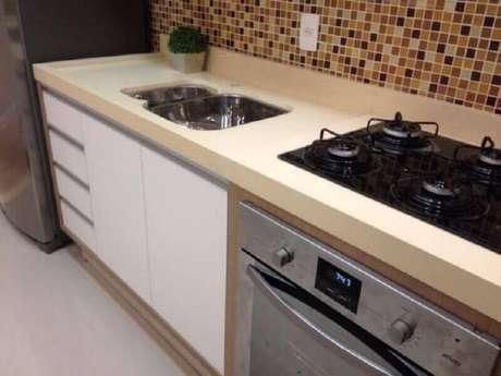 18. Bancada de cozinha planejada na cor de creme – Foto: Quartzo Stone