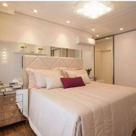23. Decoração clean para quarto de casal na cor creme claro com criado mudo espelhado – Foto: Pinterest