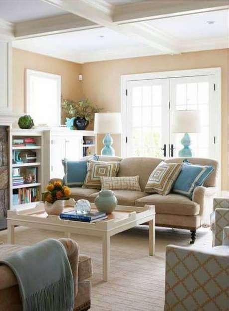 7. Sala clássica decorada na cor creme e azul claro – Foto: Decor Home Ideas