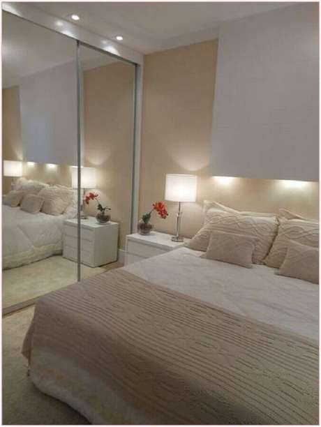 26. Guarda roupa planejado com portas espelhadas para quarto na cor creme e branco – Foto: Home Decor Ideas