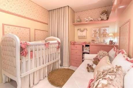 6. Decoração delicada para quarto de bebê menina na cor creme e rosa – Foto: Elizza Valente