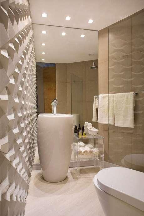 13. O revestimento 3D garante um ar mais moderno ao banheiro na cor de creme – Foto: Webcomunica