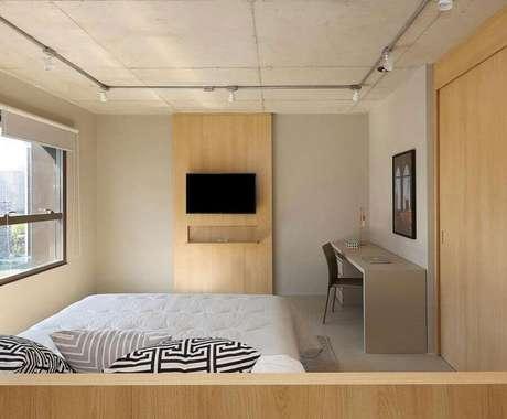 28. Cor creme para decoração de quarto simples com painel de madeira – Foto: Pinterest