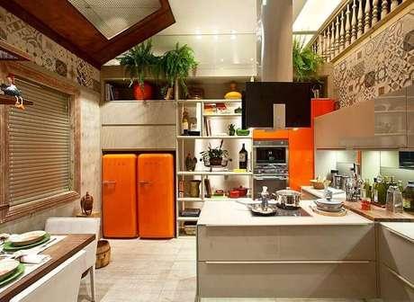 14. O laranja garante descontração para a cozinha na cor de creme – Foto: Archello