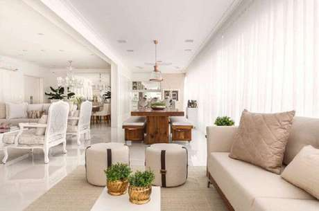 33. Decoração clássica para casa branca com sofá cor creme – Foto: Monise Rosa