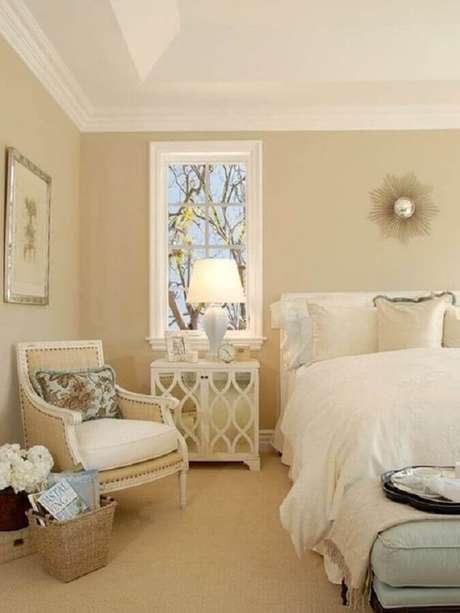 34. Quarto clássico decorado na cor de creme e branco – Foto: Pinterest