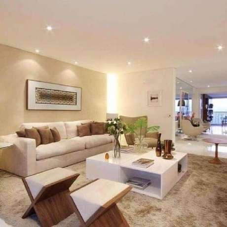 7. Decoração com almofada marrom para sofá cor creme claro – Foto: Pinterest