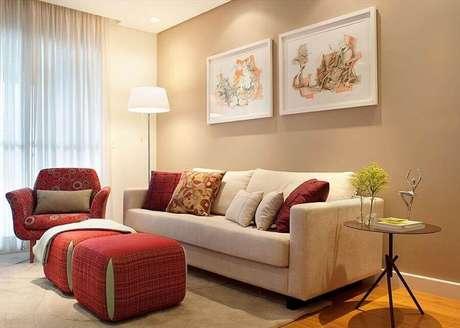 5. Sala de estar decorada na cor de creme e vermelho – Foto: Daniela Berardinelli