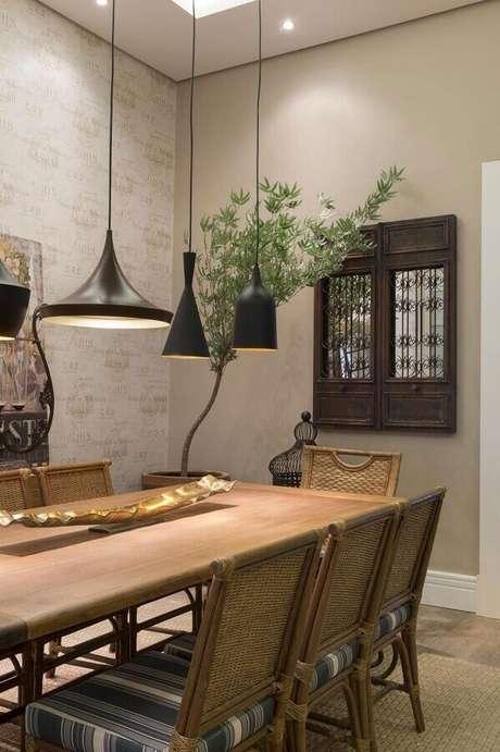 38. Decoração cor creme para sala de jantar com pendentes pretos modernos – Foto: Architecture Art Designs