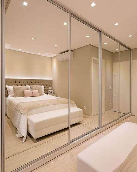 42. Guarda roupa espelhado grande para quarto na cor de creme – Foto: Pinterest