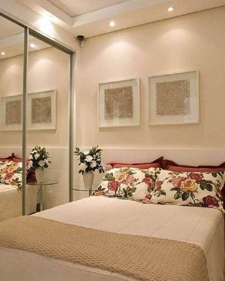 46. Quarto de casal decorado na cor creme com guarda roupa espelhado e fronha floral – Foto: Interior Design Styles