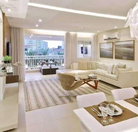 50. Sala integrada com varanda decorada na cor creme com branco – Foto: Architecture Art Designs