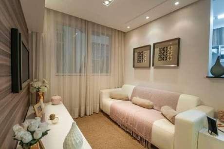 51. Sala pequena simples decorada com sofá cor creme com manta rosa claro – Foto: Dcore Você