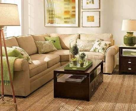 53. Sofá cor creme decorado com almofadas verdes – Foto: Decoratorist