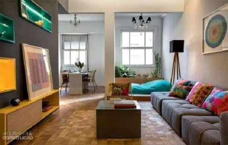 36. Ambiente descontraído com sofá modular cinza. Fonte: Arquitetura & Construção