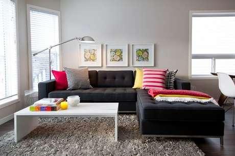 3. As almofadas coloridas se destacam sobre o sofá modular chaise em tom preto. Fonte: Pinterest