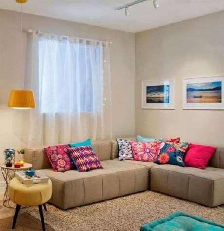 30. As almofadas coloridas sobre o sofá modular trazem alegria para o espaço. Fonte: Pinterest