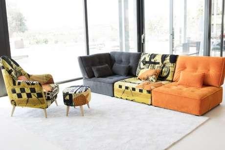 39. Cores e estampas se misturam neste sofá modular. Fonte: Pinterest