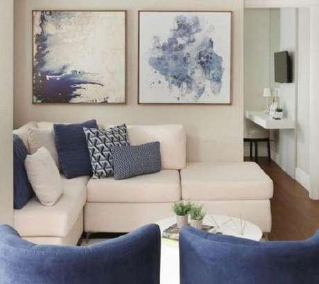 37. Decoração clean com sofá modular branco e almofadas em tons de azul. Fonte: Pinterest
