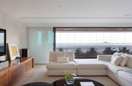 78. Delimite a área da sala de estar com o seu sofá modular. Fonte: Casa De Valentina