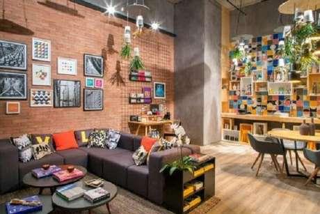 33. Em ambientes integrados, o sofá modular pode ser usado como divisória. Fonte: Pinterest