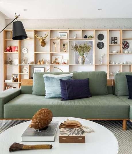 71. Invista em sofás modulares separados com acabamento em madeira. Fonte: Gisele Rampazzo