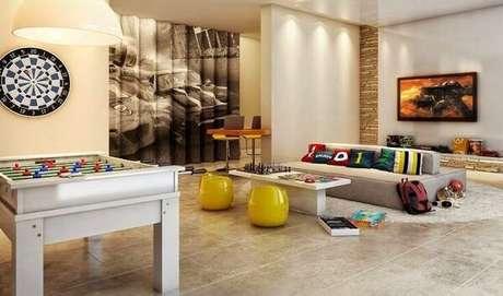 46. Invista em um sofá modular cinza para a sala de TV. Fonte: Revista Viva Decora