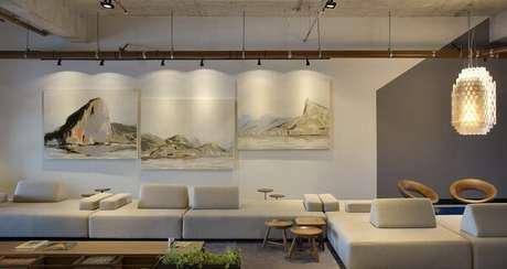 69. O sofá de módulos foi alinhado com a parede. Fonte: Pinterest