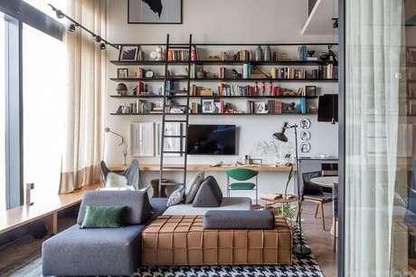 67. O sofá de módulos preenche o espaço. Fonte: LEV Arquitetura