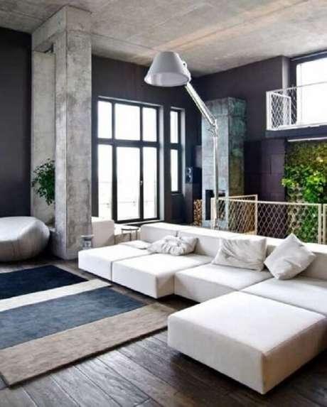 21. O sofá modular branco se encaixa perfeitamente com a decoração. Fonte: Pinterest