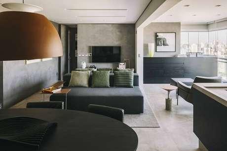 56. O sofá modular cinza foi posicionado no meio do ambiente. Projeto por Clainz Studio