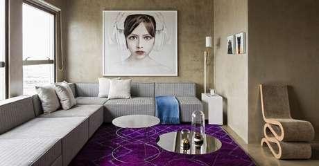 8. O sofá modular cinza preenche toda a sala de estar. Fonte: Pinterest