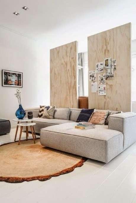 16. O sofá modular com chaise complementa a decoração da sala. Fonte: Pinterest