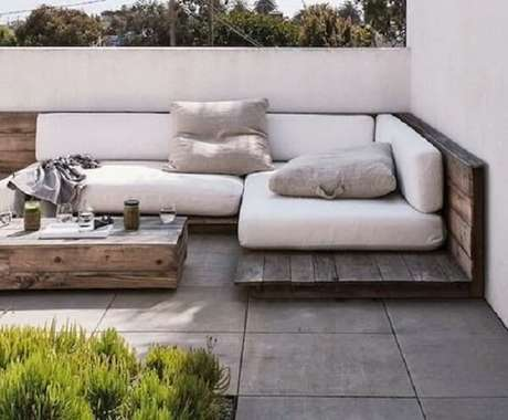 47. O sofá modular de pallet fica discreto na decoração. Fonte: Pinterest