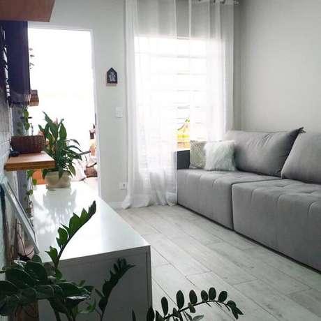 19. O sofá modular em tom cinza dá a sensação de amplitude no espaço. Fonte: NossaCasa93