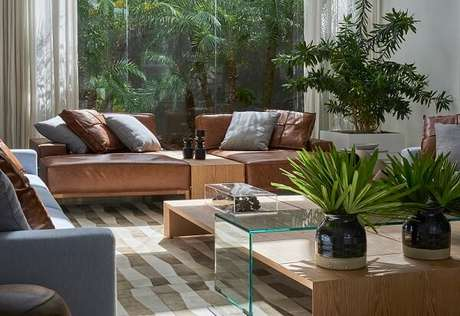 41. O sofá modular foi separado por uma estrutura de madeira. Fonte: Pinterest