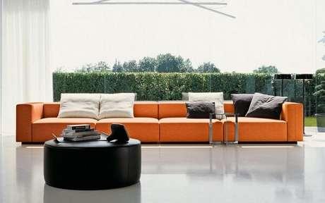9. O sofá modular laranja se torna protagonista no ambiente. Fonte: Pinterest