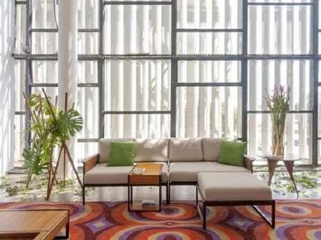 13. O sofá modular neutro se harmoniza com a decoração do cômodo. Fonte: Pinterest
