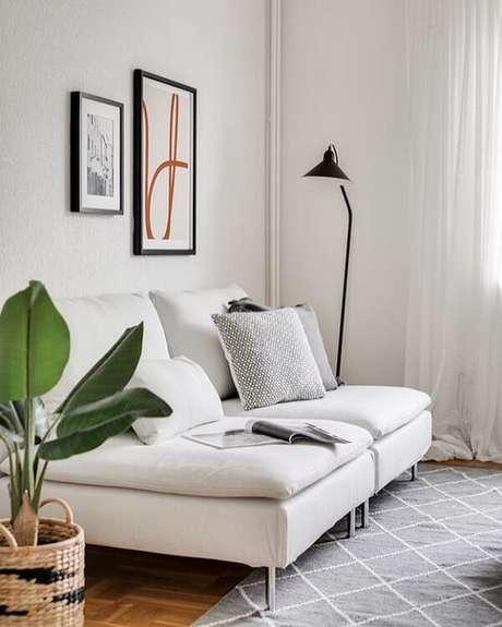 63. Sala pequena com sofá modular branco 2 lugares. Fonte: Gabriela