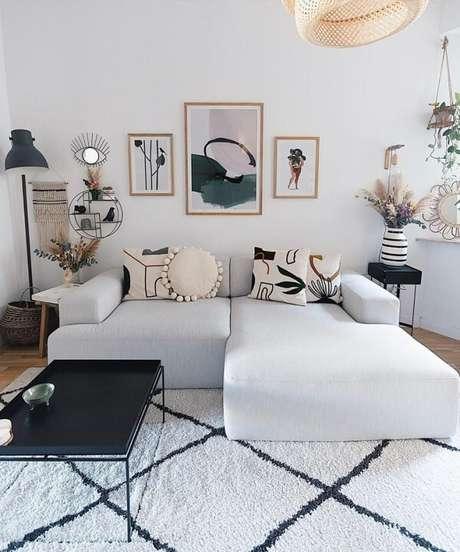 59. Se o sofá modular é neutro procure investir em almofadas estampadas. Fonte: Jennifer Paro