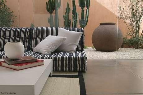 10. Sofá modular com tecido estampado decora o espaço. Fonte: Pinterest