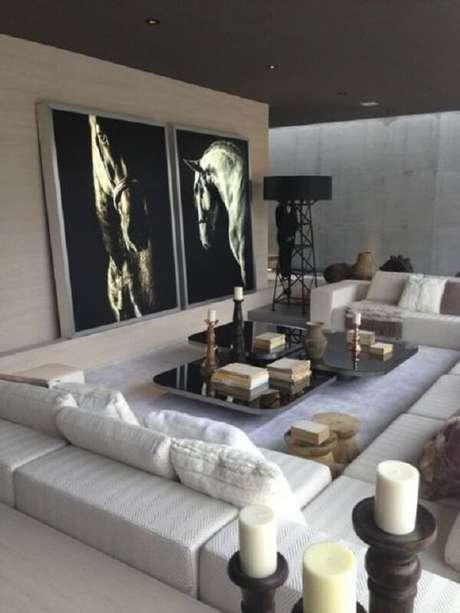 20. Toda a área da sala de estra foi delimitada com o sofá modular branco. Fonte: Pinterest
