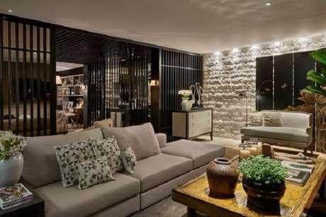 23. Traga neutralidade para a decoração incluindo um sofá modular cinza. Fonte: Pinterest