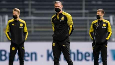 Jogadores do Borussia Dortmund fazem o reconhecimento do gramado antes do clássico contra o Schalke 04 (Foto: Divulgação/Borussia)