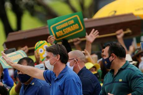 Presidente Jair Bolsonaro cumprimenta apoiadores em manifestação contra o presidente da Câmara dos Deputados, Rodrigo Maia, o STF, e as medidas de isolamento social para conter o coronavírus. 17/5/2020. REUTERS/Adriano Machado
